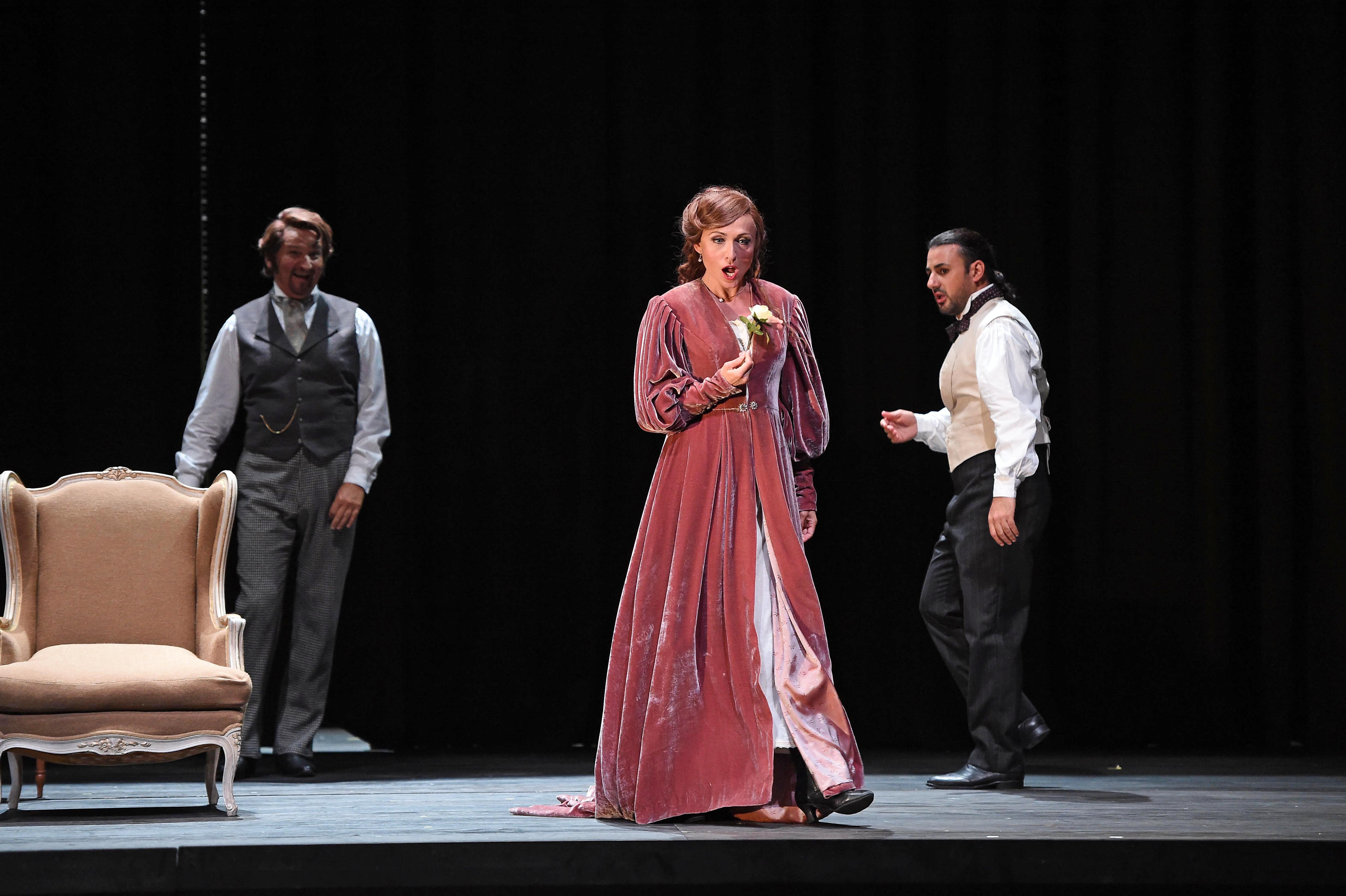 Das deutsche Dauerengagement eröffnet sie in der Titelrolle von Verdis La traviata